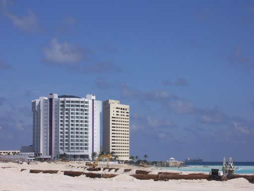 ビルと砂浜