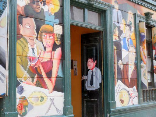 壁画のあるレストラン