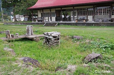 熱塩駅跡、構内側線跡横の枯池