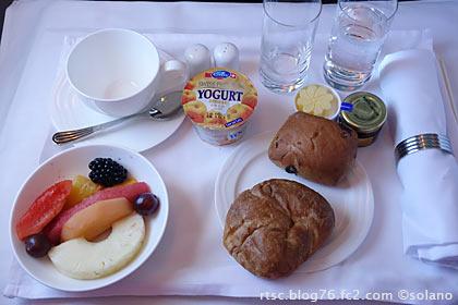 エミレーツ航空ビジネスクラス、機内食(朝食)1
