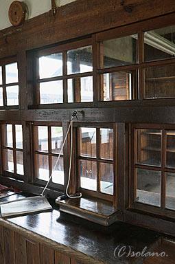 隼駅、木製窓口の跡