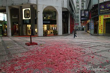 マカオ、街角の爆竹残骸