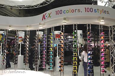ペンタックス K-x、100色展示