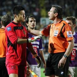 サッカー_19日のリーグ戦で、ゲルミナルのサポーターから「フクシマ」と連呼され、主審(右)に猛抗議する川島(共同)