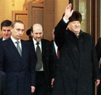 ロシア_1999年12月31日、大統領辞任表明後、後継のプーチン氏(左)に伴われ、クレムリンを後にするエリツィン氏(AP)