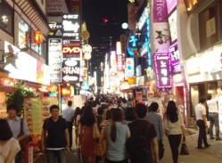 韓国_人でにぎわうソウルの繁華街。「割り勘」は昼食時だけでなく、夜の飲食店でも徐々に広まっているという