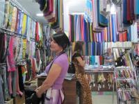 ロシア_【Russia_Watch】首都グロズヌイ市内の商店でスカーフに見入る女性客ら。市民生活が落ち着きを取り戻したのは間違いないのだが…=7月14日、ロシア連邦チェチェン共和国(遠藤良介撮影)