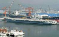 中国遼寧省大連港に接岸中の空母「ワリャク」=5日(共同)