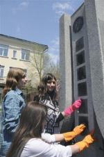 ロシア極東ウラジオストクにある「浦潮本願寺」跡の石碑の落書きを除去する極東連邦大の学生(共同)
