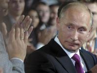 ロシア_モスクワで開かれた最大与党「統一ロシア」の党大会で拍手を受けるロシアのプーチン首相=24日(AP=共同)