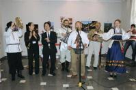 ロシア極東ウラジオストクで始まった「島根文化月間」の式典でロシア民謡を歌う島根県と地元の人々(共同)