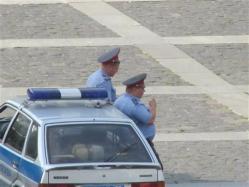 ロシア_【Russia_Watch】ロシア内務省前の十月広場でパトカーに寄りかかり、喫煙しながら「警備」する警官ら=7月24日、ロシア(遠藤良介撮影)
