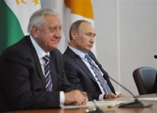 ロシア_19日、ロシアのサンクトペテルブルクで記者会見するプーチン首相(右)(ロイター)