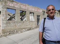 ロシア_父が収容されていた裸の島をこの夏、初めて訪れたドラガン・ミレンコビッチ氏。壁に書かれた「チトー万歳」の赤い文字が何とか読み取れた