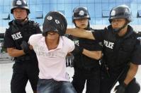 中国で多発する「官」への暴力事件(写真は2008年の防犯訓練の様子、AP)