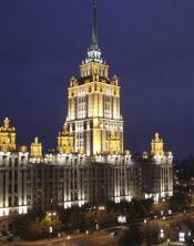 ロシア_27日、ライトアップされたウクライナ・ホテルが闇に浮かび上がる午前8時のモスクワ市内。同日の日の出は午前8時24分(共同)