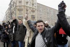 ロシア_26日、公正な選挙実施を求めて手をつなぎ「人間の鎖」をつくる野党支持者ら(ロイター)