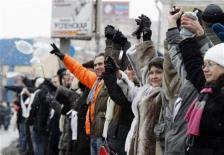 ロシア_26日、公正な選挙実施を求めて手をつなぎ「人間の鎖」をつくる野党支持者ら(ロイター)02