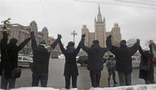 ロシア_26日、公正な選挙実施を求めて手をつなぎ「人間の鎖」をつくる野党支持者ら(ロイター)03