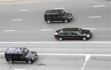 ロシア_モスクワのクレムリンに向けて走るプーチン大統領の車列(2008年5月7日撮影)=AP