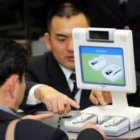 平成20年11月から日本の空港で導入された指紋認証システム。後に思わぬ盲点も明らかになった=千葉県の成田空港(緑川真実撮影)