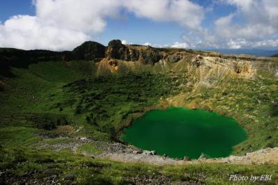エメラルドグリーンの火口湖の新燃岳
