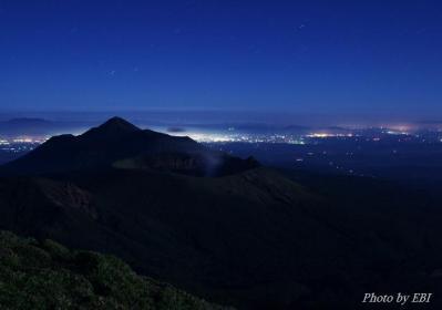 夜の新燃岳(韓国岳より撮影)