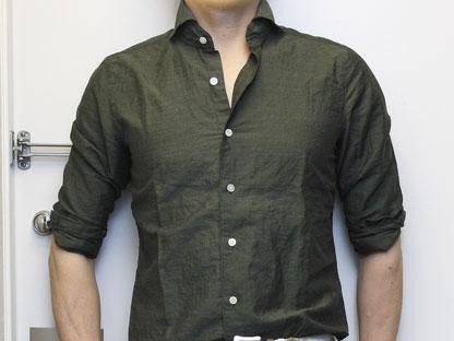 ベージュ×オリーブシャツのコーディネート