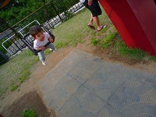 110515_ミッドタウン公園 (1人ブランコ) (2)