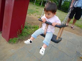 110515_ミッドタウン公園 (1人ブランコ) (1)