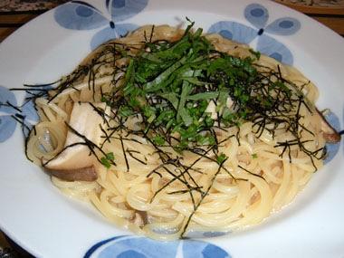 鎌倉採れたてきのこのバター醤油パスタ大葉風味