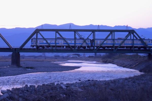 西条市玉之江 鉄橋の電車 夕景