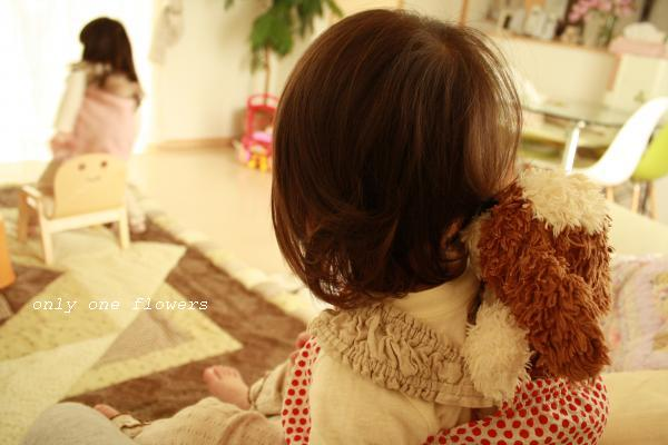 姉の背中を見つめる妹(わんちゃんをおんぶしながら・・・☆)