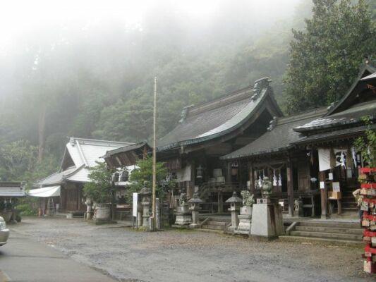 8551898_1867792973霧の太平山神社