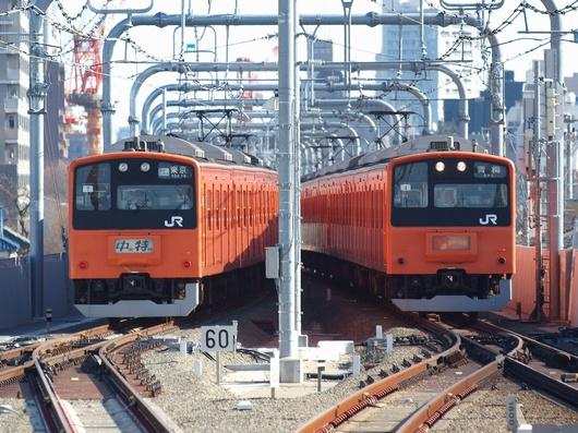 東小金井駅付近ですれ違うオレンジの電車