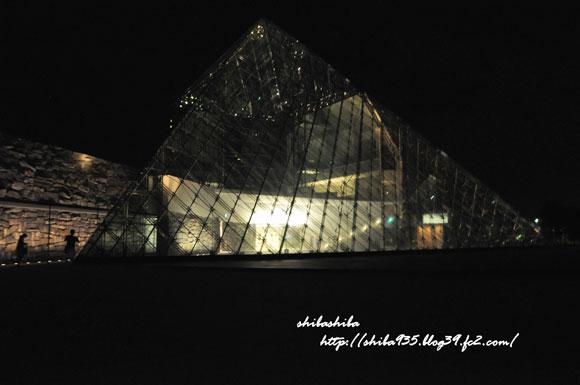 夜のピラミッド