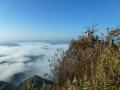 雲海に浮かぶ山頂の祠