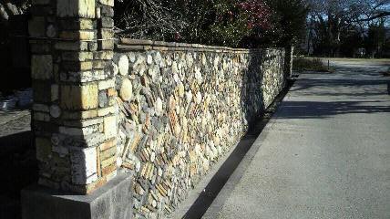 無風庵手前の陶器壁の民家