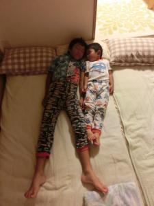 真っすぐ寝てる2人