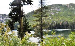 Castle Lakeを眺めながら登る