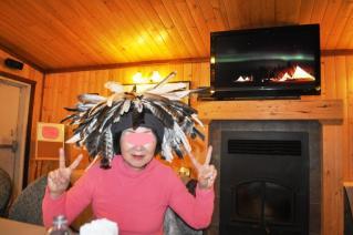 テンション高く先住民族の帽子をかぶるちゃっちゃん