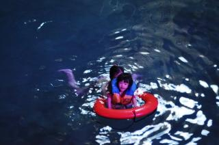 セノーテで泳ぐ汐さん