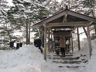 神社の雪はね
