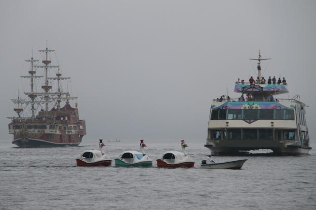 スワン号と遊覧船
