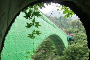 トンネルの側窓から見る新山彦橋