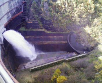 豊平峡ダムの放水