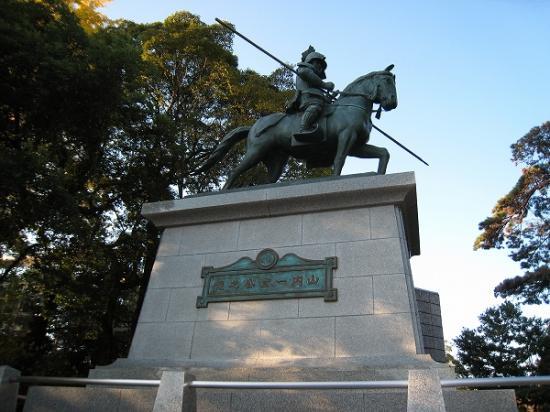 2009/11/23山内一豊の銅像