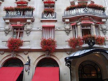 花いっぱいのAv Montaigne 通りPlaza Atheneeホテルdownsize