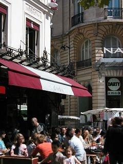 テルヌ(Ternes)市場入口のカフェの昼下がりは満員downsize