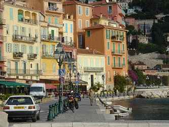 VilleFranche 崖に建つカラフルあ建物downsize